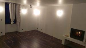 Pièce principale –  sol, murs, plafond, cheminée